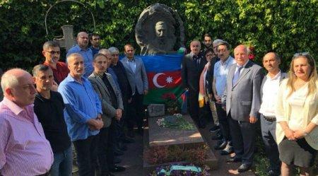 Müsavat rəhbərliyinin Fransa səfəri– Topçubaşovun məzarını ziyarət etdilər-FOTOLAR